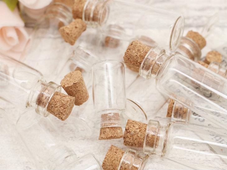 コルク栓のガラスの小瓶